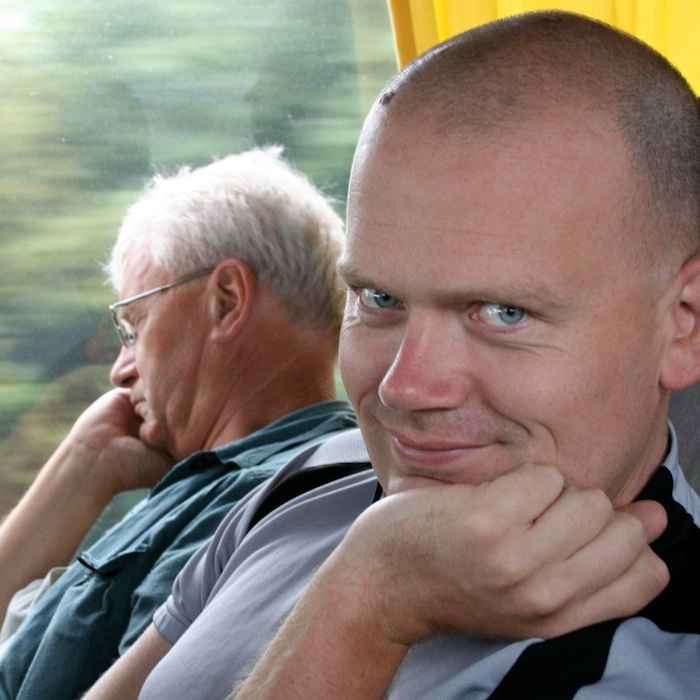 Wil en Pim IJsendoorn in de bus onderweg naar Spanje