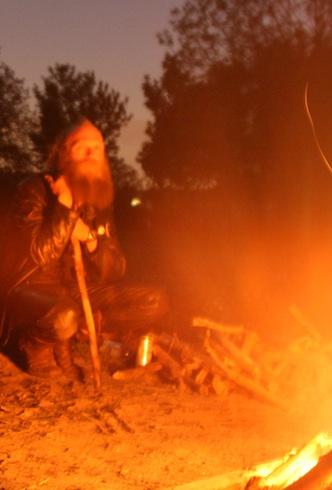 Kampvuur op camping bij Almere