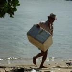 visser met zijn vangst in een koelbox